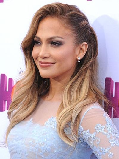 Phong cách sexy trước giờ của ca sĩ Jennifer Lopez thường thích hợp với kiểu tóc dài lượn sóng nhẹ nhàng mà gợi cảm.