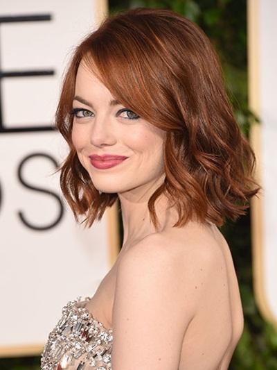 Mái tóc lob màu đỏ hạt dẻ được uống xoăn nhẹ phần đuôi trông rất nữ tính và phù hợp với vẻ đẹp đài các của nữ diễn viên Emma Stone.