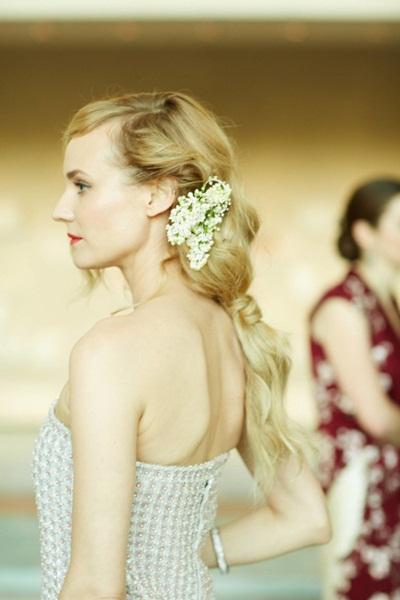 Cũng trong sự kiện thời trang Met Gala, mái tóc màu vàng mật ong của bông hồng Đức Diane Kruger được buộc thấp hững hờ, lại càng thêm phần lãng mạn khi được cài hoa lệch.