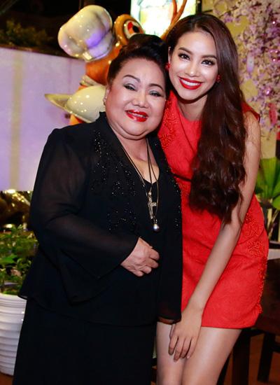 Phạm Hương khá thân thiết với Nghệ sĩ Nhân Dân Ngọc Giàu và gọi bà là