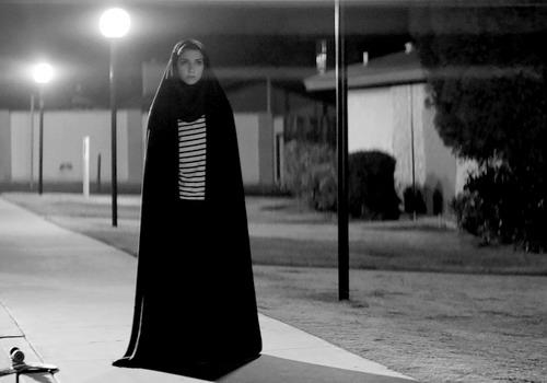 a-girl-walks-home-alone-at-night-phim-ma-ca-rong-cua-dien-anh-iran-1