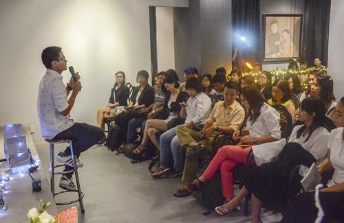 Tác giả gốc Phú Yên trò chuyện cùng mọi người về ý tưởng tập thơ.