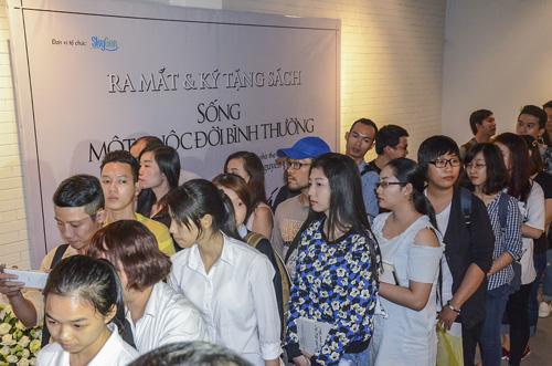 Độc giả tham dự buổi ra mắt thơ của Phong Việt.