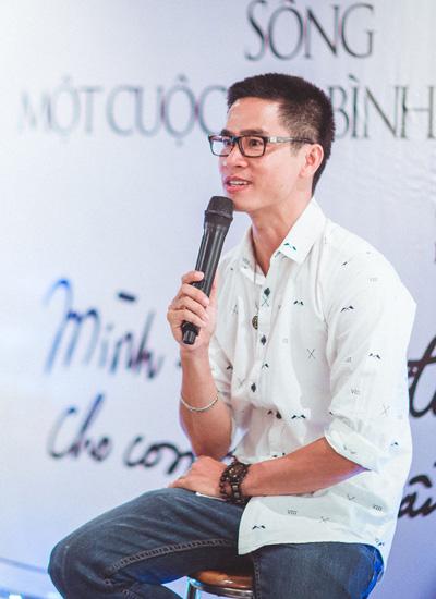 Giữa cuộc sống mưu sinh, Phong Việt vẫn miệt mài sáng tác thi ca.