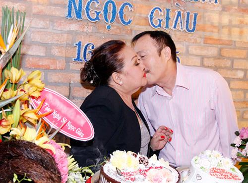 nsnd-ngoc-giau-duoc-chong-hon-mung-sinh-nhat-1