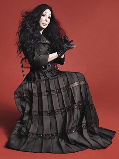 2015 cũng đánh dấu sự trở lại ngoạn mục của Cher  diva huyền thoại thế giới  trong làng thời trang quốc tế. Đã hơn 40 năm kể từ lần cuối cùng tham dự, đầu năm nay nữ ca sĩ đã bất ngờ xuất hiện trở lại trên thảm đỏ sự kiện thời trang Met Gala, tay trong tay với nhà thiết kế Marc Jacobs. Chưa hết, biểu tượng thời trang đình đám một thời sau đó còn tham gia chiến dịch quảng cáo Thu Đông 2015 của thương hiệu này và mở một tài khoản Twitter để giao lưu với người hâm mộ.
