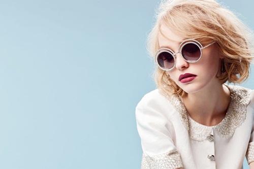 Lily Rose  cô con gái rượu 16 tuổi của tài từ Johnny Depp và vợ cũ Vanessa Paradis  có màn ra mắt làng giải trí lần đầu tiên tại show thời trang Paris-Salzburg của Chanel đầu năm nay. Ngay sau đó, nhà thiết kế Karl Lagerfeld đã nhanh chóng đưa nàng thơ mới với gương mặt lạnh lùng đầy cá tính trở thành người đại diện cho dòng kính mát Chanel.