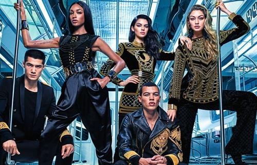 Sự hợp tác thiết kế giữa thương hiệu thời trang bình dân và cao cấp luôn đem đến sự trông chờ rất lớn từ những tín đồ thời trang. Năm nay, sự kết hợp đình đám và thành công nhất diễn ra vào thời điểm cuối năm giữa hai thương hiệu Balmain và H&M. Quy tụ dàn người mẫu nổi tiếng nhất gồm những cái tên như Jourdan Dunn, Kendall Jenner, Gigi Hadid&, bộ sưu tập độc đáo và sành điệu đã tạo nên cơn sốt từ những ngày đầu ra mắt. Một ngày trước khi tung ra sản phẩm, giới mộ điệu đã tranh thủ xếp hàng dài bên ngoài các hệ thống cửa hàng của H&M.