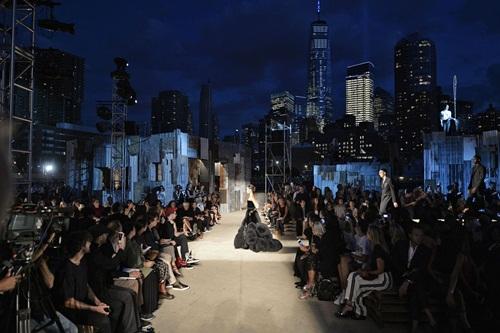 Năm nay cũng là năm đầu tiên nhà mốt Givenchy quyết định dời show Xuân Hè 2016 đến New York (Mỹ) thay vì ở Paris (Pháp) như truyền thống. Nhà thiết kế Ricardo Tisci ra quyết định này nhân sự kiện cửa hàng mới của thương hiệu được khai trương tại thành phố này. Buổi trình diễn gây ấn tượng mạnh bởi cách dùng phông nền cho sàn diễn là quang cảnh những tòa nhà chọc trời tại khu trung tâm Manhattan. Sự kiện này cũng quy tụ nhiều ngôi sao lớn của Hollywood, trong đó có sự xuất hiện lần đầu tiên sau 17 năm của nữ diễn viên Julia Roberts.