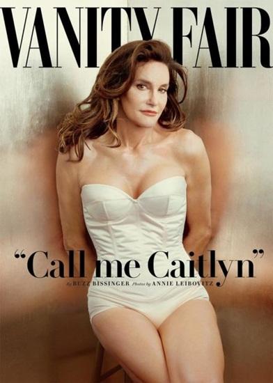 """Sau khi công khai dự định và quá trình chuyển giới, Bruce Jenner  bố dượng của mẫu trẻ 9X Kendall Jenner và cũng là chồng cũ của Kris Kardashian  đã khiến Hollywood xôn xao khi xuất hiện trên trang bìa tạp chí Vanity Fair ấn phẩm tháng 7/2015 với tên mới và một diện mạo hoàn toàn nữ tính và khác biệt. """"Hãy gọi tôi là Caitlyn"""" ngay lập tức trở thành cụm từ hot nhất mạng xã hội. Sau sự kiện đó, Caitlyn Jenner trở thành cái tên đình đám của làng mốt với những bài chia sẻ với gu mặc đẹp, cách trang điểm ấn tượng và hình trình lột xác để có được vẻ ngoài như hiện nay."""
