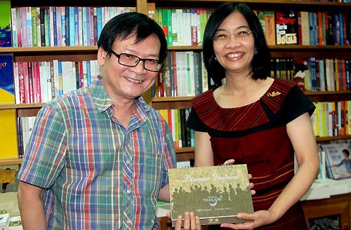 nhà văn Việt nhận món quà là cuốn lịch để bàn từ độc giả