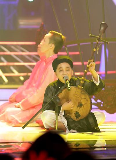 Bé Ben phải luyện tập rất nhiều để có thể vừa đàn vừa hát nhuần nhuyễn tại đêm chung kết.