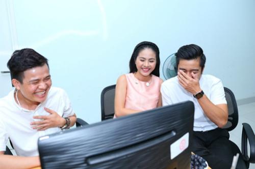 Vợ chồng Vân Trang ôm bụng cười khi trao đổi, thảo luận về câu trả lời chung.