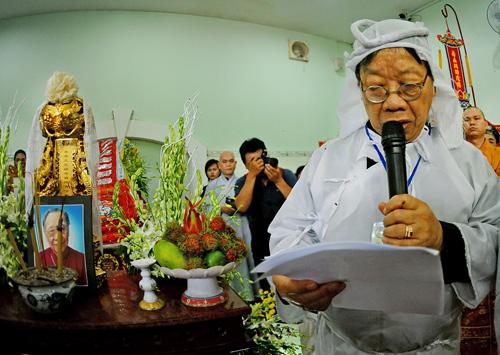 Con trai Giáo sư Khê đọc điếu văn trong lễ tang bố. Ảnh: Nguyễn Á.