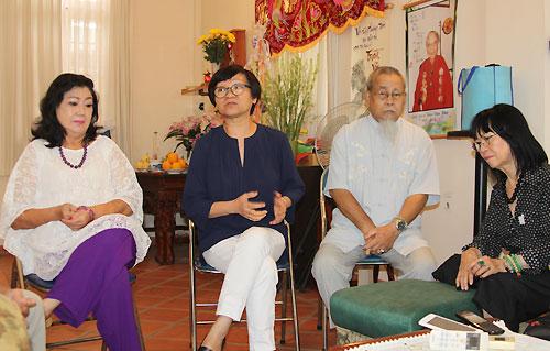 Từ trái qua: NSND Kim Cương, bà Nguyễn Thế Thanh, ông Bá Thùy và danh ca Bạch Yến tại buổi bàn giao nhà cho đại diện Sở Văn hóa, Thể thao TP HCM chiều 14/8. Ảnh: Thoại Hà