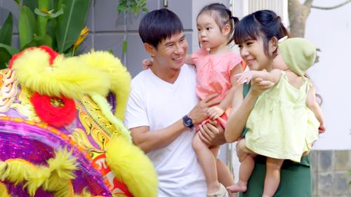 MV Mẹ mang xuân về quy tụ dàn diễn viễn đặc biệt của ca sĩ Lý Hải, bao gồm tất cả các thành viên trong gia đình: bà xã Minh Hà và ba nhóc tỳ vô cùng dễ thương. Đây là lần đầu tiên cả ba nhóc tỳ đều xuất hiện trong một MV