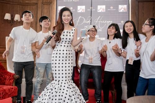 Đinh Hương hát cùng các fan trong buổi họp báo.