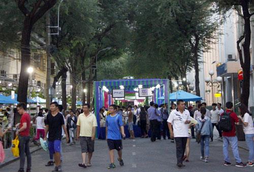 Độc giả tham gia Ngày Sách Việt Nam lần thứ hai được tổ chức trên đường Nguyễn Văn Bình, quận 1, TP HCM.