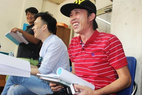 Hoài Linh khiến bạn diễn cười ngặt nghẽo với những tình tiết hài hước trong kịch bản.