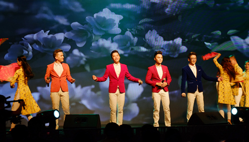 """Nhóm Ayor trình diễn """"Khúc giao thừa"""" với màn phụ hòa đầy sắc màu của vũ đoàn."""