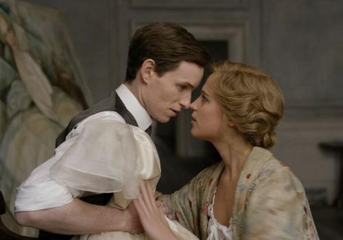 Lần ướm thử váy định mệnh đã thay đổi hoàn toàn cuộc đời của hai vợ chồng họa sĩ Einar (trái) và Gerda.