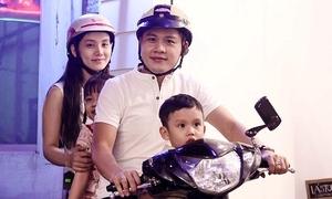 Nguyễn Văn Chung chở vợ con đi mua sắm Tết