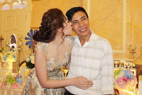 Thu Thảo xúc động hôn má bố trong sự kiện. Người đẹp gốc Tiền Giang cho biết, bên cạnh mẹ, bố là người