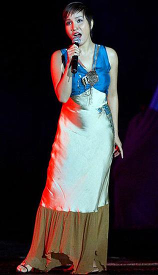 Mỹ Linh của năm 2004 là người phụ nữ trưởng thành, váy áo nữ tính hơn xưa.