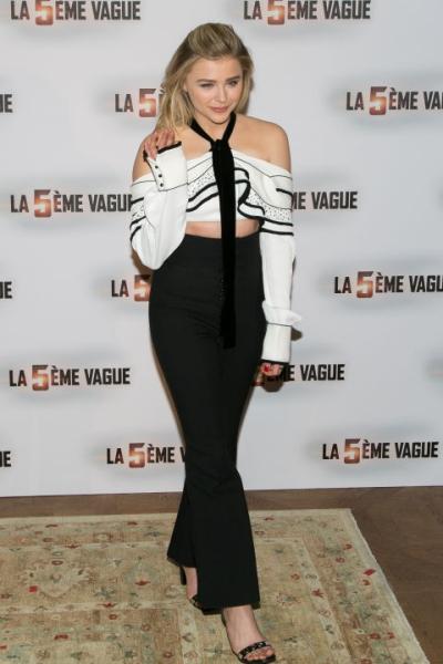 Chloe Moretz khoe vai trần quyến rũ cùng áo cropt-top, quần cạp cao của Proenza Schouer