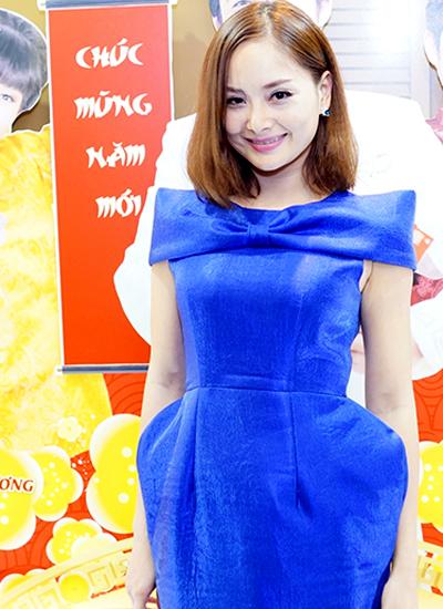 ai-phuong-khoe-vai-thon-voi-dam-quay-3