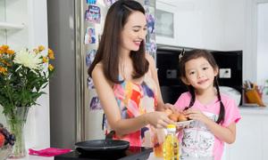 Mẹ con Hoa hậu Ngọc Diễm cùng vào bếp