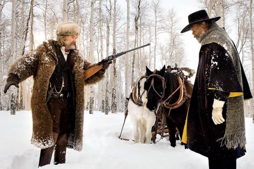 Kurt Russell (trái) và Samuel L. Jackson trong một cảnh phim.