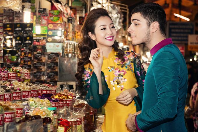 Jennifer Phạm cùng bạn nhảy đi chợ Tết