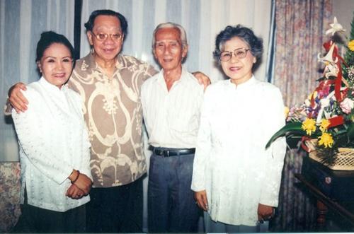 NSƯT Út Bạch Lan, GSTS Trần Văn Khê, NSND Viễn Châu, NSƯT Ca Lê Hồng trong một cuộc hội ngộ tại khách sạn Cửu Long năm 1995