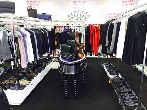 Tuần lễ Lynk outlet tại Vincom của Lý Nhã Kỳ sẽ mở cửa đón khách đến cận Tết. Đây là chiến dịch khuyến mãi lớn trong năm của Lynk với mặt hàng phong phú như giày dép, túi xách, phụ kiện, áo quần, đồ dạ hội& Sau khi kết thúc sự kiện, Lynk Jewelry & Fashion tại 30 Đồng Khởi của Lý Nhã Kỳ cũng sẽ tạm dừng hoạt động để sửa chữa lại cửa hàng. Chi tiết liên hệ hotline 0909 996 996.