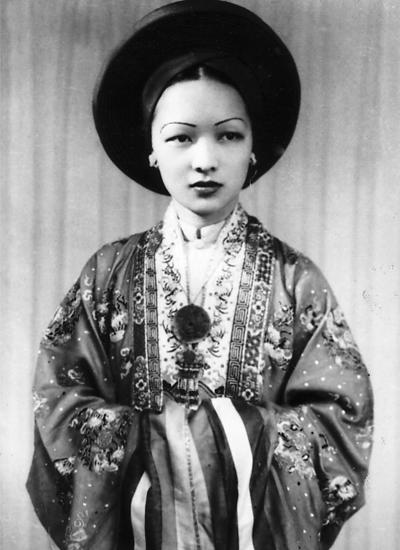 Chân dung bà Trần Lệ Xuân trong trang phục cô dâu năm 1943. Bà qua đời năm 2011 tại Rome, Italy, thọ 87 tuổi.