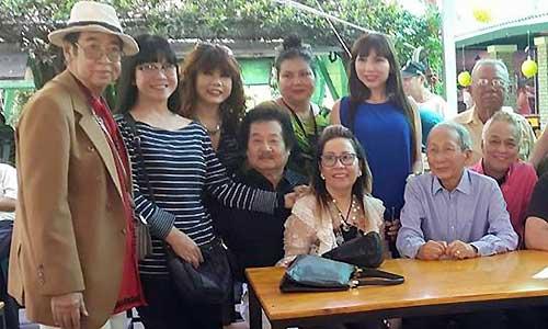 Diễn viên hài Quốc Bảo (trái) tại buổi họp mặt