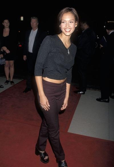 Giày cao gót đế thô và áo thun ngắn, mái tóc buộc đơn giản không phải là nhưng lựa chọn thích hợp để Jessica Alba xuất hiện trên thảm đỏ, dù đó là năm 1988 chăng nữa.