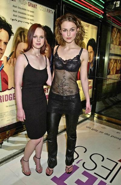 Ngay từ khi còn trẻ, Keira Knightley đã chọn phong cách sexy và nổi loạn trên thảm đỏ với áo sheer xuyên thấu lộ nội y và quần da bóng. Tuy nhiên, đôi dép thiếu lịch sự của cô nàng bị đánh giá mất điểm trầm trọng.