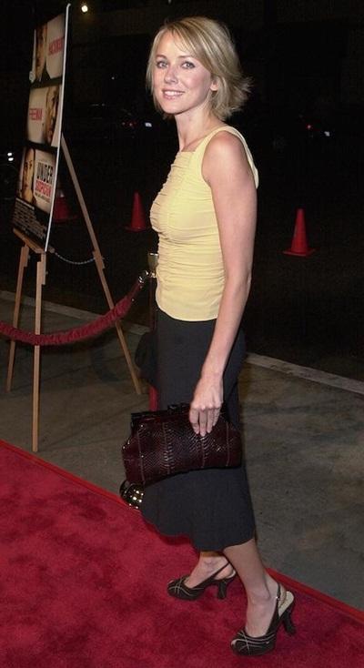 Trong một buổi công chiếu phim năm 2000, Naomi Watts ăn mặc trên thảm đỏ đơn giản như ngoài phố.