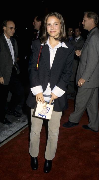 Thiên nga đen Natalie Portman lựa chọn thông minh với áo khoác blazer, áo sơ-mi trắng và giày tây đậm chất tomboy trong lần đầu dự buổi công chiếu phim năm 1990. Tuy nhiên, chiếc áo khoác không vừa người khiến nữ diễn viên mất điểm phong cách.