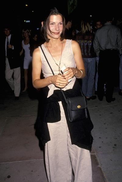 Nữ diễn viên Sandra Bullock trông xuề xòa và thiếu lịch sự khi quấn áo khoác quanh eo trong lần đầu xuất hiện trên thảm đỏ năm 1993.