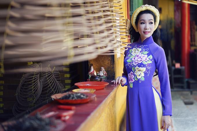 Trịnh Kim Chi khoe dáng với áo dài màu sắc