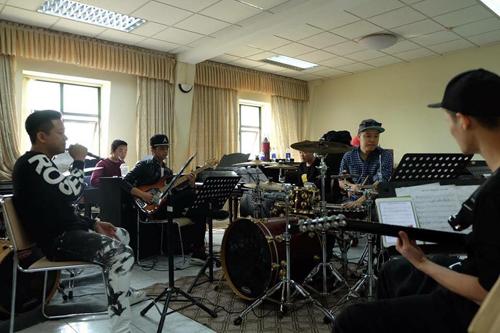 tuan-hung-huy-20-show-dien-de-don-suc-cho-dem-nhac-rieng-3