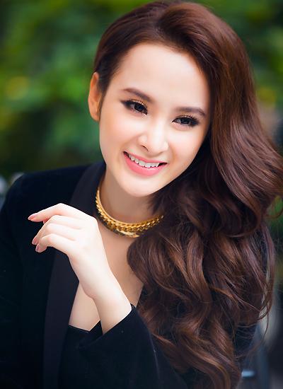 Angela Phương Trinh sinh năm 1995.