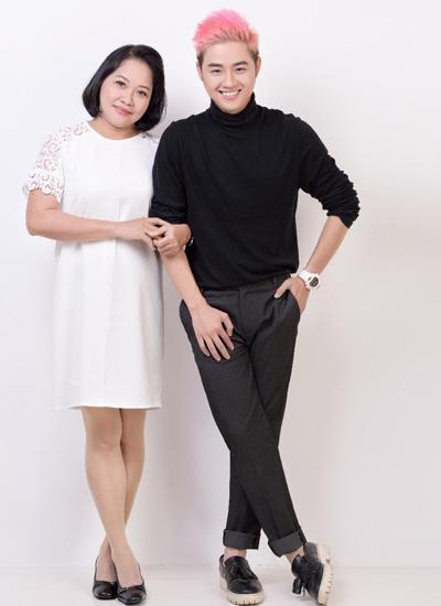 Ca sĩ Thanh Duy (phải) và mẹ.