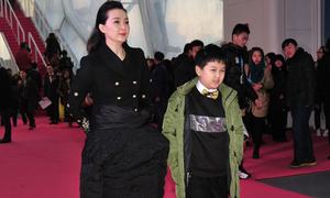 Vương Diễm trùm áo bông vào chân trên thảm đỏ