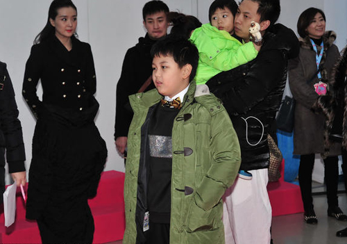 Vương Diễm co ro trong hội trường không có lò sưởi.