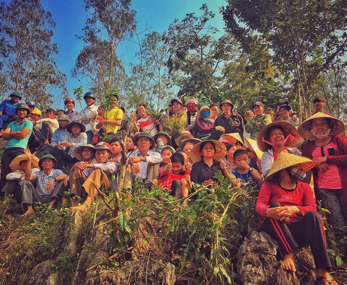 Ngày đầu tới Quảng Bình, đạo diễn Jordan Vogt-Roberts đã chia sẻ hình ảnh bà con địa phương hiếu kỳ tới xem đoàn phim Hollywood ghi hình. Ảnh: Instagram voteroberts.