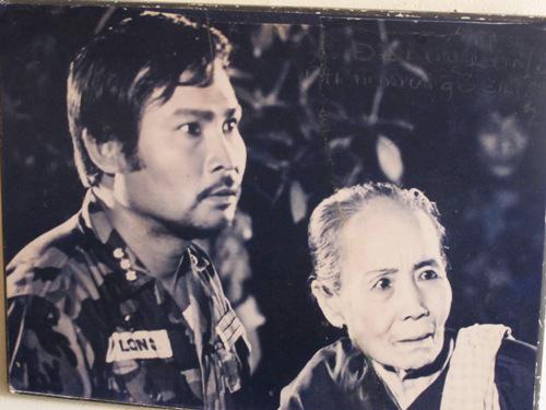 Lý Huỳnh (trái) trong vai đại úy Long của phim